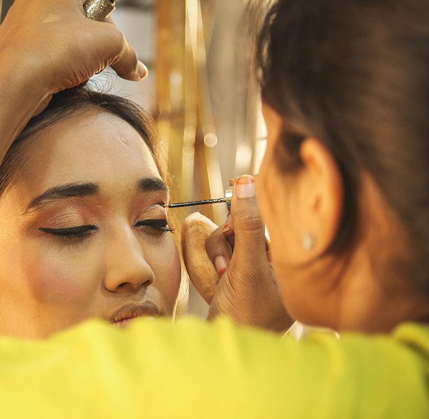 Skulpt Makeup Artist applying eye liner to a woman